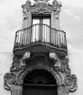 steffisays-sicily-erice-street-history-detail-balcony-architecture-bw